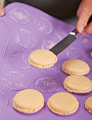 Macarons: Step 2, auf der Matte ausk ühlen lassen, mit Messer ablösen