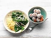 Gedünsteter Spinat mit Mungobohnensprossen und Couscous