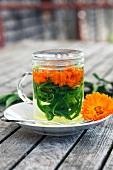 Kräutertee mit Ringelblumen & Verbene in Teeglas