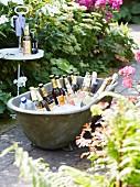 Partygetränke auf Eis in alter Zinkbadewanne im Garten