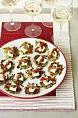 Zucchini-Fritters mit Ziegenkäse & Pesto als Fingerfood für Party