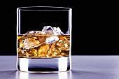 Ein Glas Whiskey mit Eiswürfeln