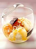 Aprikoseneis mit gebratenen Aprikosen, Aprikosensauce und Mandelblättchen
