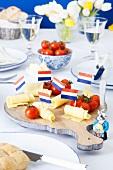 Käseplatte mit holländischen Fähnchen