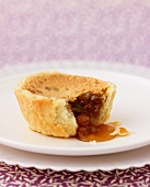 Butter tart with maple syrup and raisins (cookies, Canada)