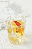 Wodka-Apfelsaft-Drink mit Apfelschnitz und Olive