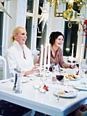 Freundinnen beim Abendessen