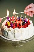 Kerzen auf Geburtstagstorte anzünden