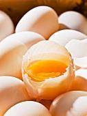 Ganze Eier und ein aufgeschlagenes rohes Ei