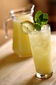 Limonade mit Minze im Glas und Glaskrug