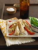 Hühnerbrust mit Paprika & Erdnusssauce auf Reis