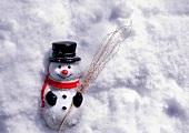 Deko-Schneemann im Schnee
