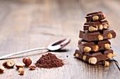 Nussschokolade, gestapelt, Kakaopulver, Haselnüsse