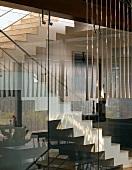 Treppenhaus durch Glaswände abgetrennt vom Wohnraum