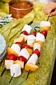 Marshmallow and fruit skewers (to barbecue)