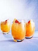 Malibu Sunset (Drink mit Rum, Ananas-, Orangen- & Cranberrysaft)
