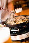 Aal auf dem Tischgrill im Restaurant (Japan)
