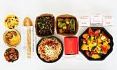 Verschiedene Gerichte in Take-Out-Behältern