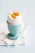 Wachsweiches Ei im Eierbecher