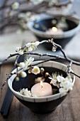 Schale mit Kerze und Pflaumenblüten