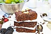 Brownies, gestapelt, und Obst