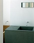 Kubusförmiger Waschtisch mit eingelassenem Waschbecken