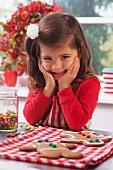 Kleines Mädchen freut sich über frisch gebackene Lebkuchen