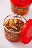 Nüsse, in Honig eingelegt