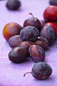 Fresh plums (close-up)