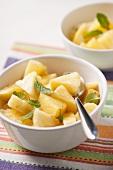 Frische Ananasstücke mit Minzeblättchen