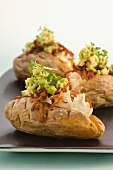 Baked Potatoes mit Avocado und Bacon