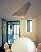 Esstisch und Stühle in weiss unter abgehängter Decke mit Ausschnitt