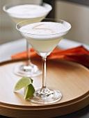 Zwei Pisco Sour Cocktails auf Holztablett