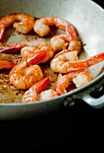 Shrimps in der Pfanne anbraten