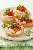 Blinis with sour cream and chanterelles