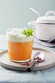 Kürbiscremesuppe mit Petersilienschaum im Glas