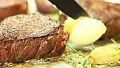 Filetsteak vom Rind in Butter braten