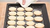 Frisch gebackene Zuckerplätzchen auf einem Backblech