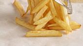 Pommes frites abtropfen lassen