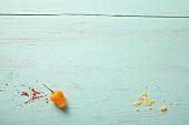Gelbe Paprikaschote und Reste von Tacos