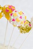 Cake Pops mit Frühlingsdeko (Herzen, Schmetterlinge)