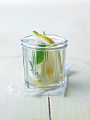 Zitronensaft und Zitronenschnitz im Glas