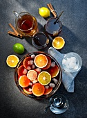 Kalter Zitrusfrüchte-Punsch mit Zutaten (Aufsicht)