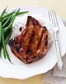 Gegrilltes Schweinekotelett mit Honigglasur, Reis und grünen Bohnen