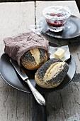 Mohnbrötchen, Butter und Pflaumenmus