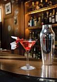 Martini Royal mit Himbeeren und Blütendeko