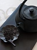Tee (ungekocht) und Teekanne aus China