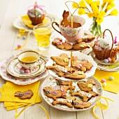 Gedeckter Ostertisch mit Plätzchen und Tee