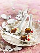 Caramellos mit Joghurt auf Löffeln