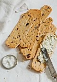 Ciappe con crema alle erbe (crackers with herb cream cheese)